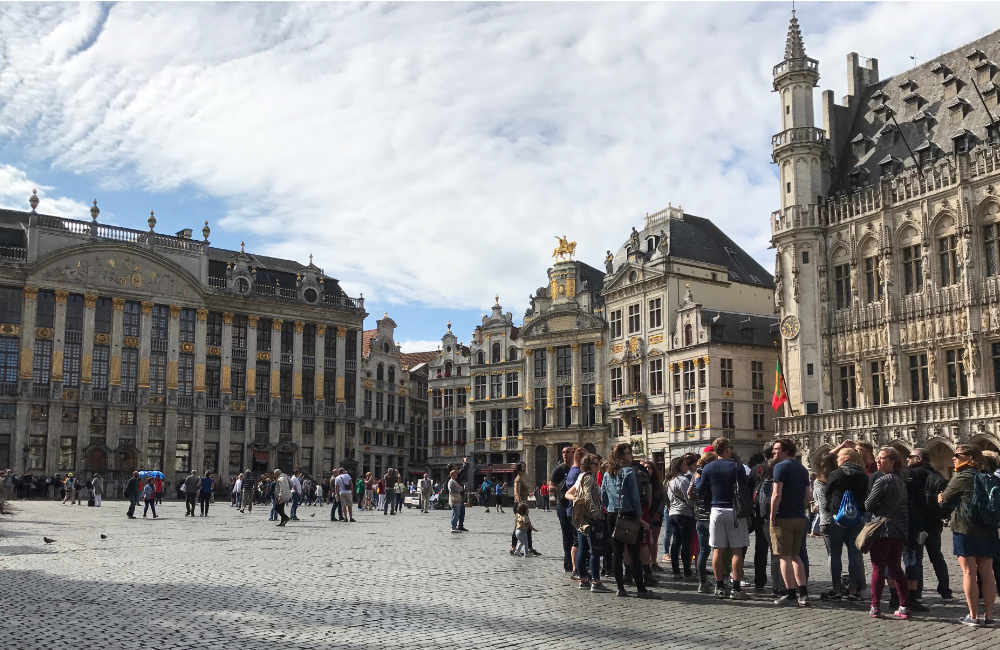 tourists-grande-place-brussels